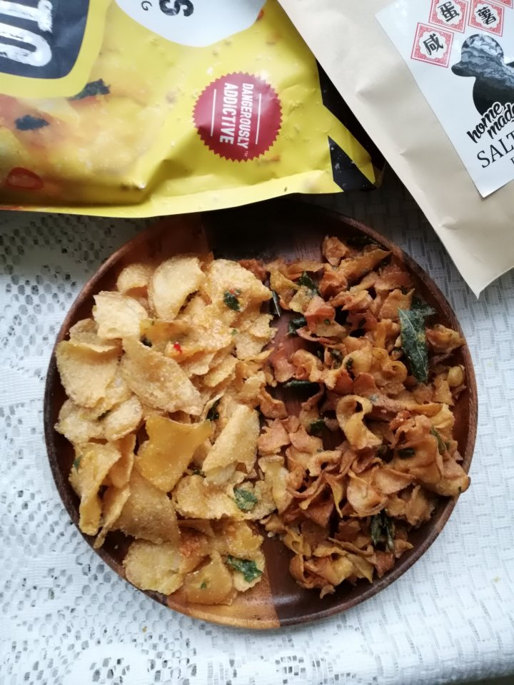 (文末有礼物送)零食界的毒品!!评比咸蛋薯片和咸蛋鱼皮。